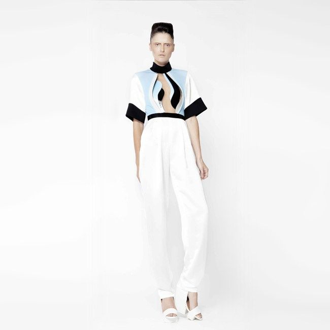Alon Livné experiments with a series of sculptural details and a futuristic mood.Some pieces particularly stand out for their elaborate gold structures that emerge like flaming armours giving a sense of depth and complexity. Definitely I would love to own this one!  #fashion #futurism #hautecouture #designer #womenswear #geometric