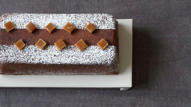 Cake au chocolat et éclats de caramel de Claire Heitzler.