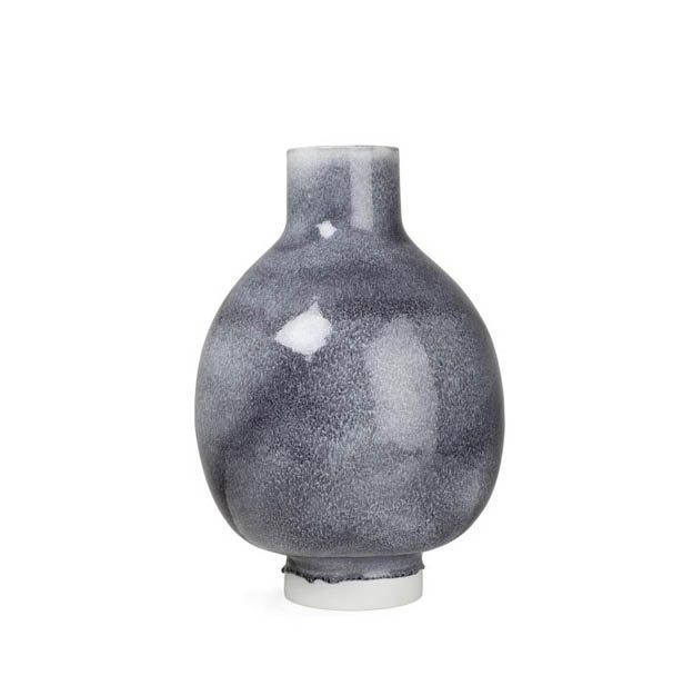 Deze decoratieve Unico vloervaas is een musthave voor de stijlbewuste designliefhebber. Het prachtige blauwgrijze glazuur legt een licht glanzend laagje over het hoogwaardige keramiek. De zachte witte kleur doet denken aan het eerste lentelicht. Deze moderne Scandinavische vaas van Kähler geeft persoonlijkheid aan je huis.  #aardewerk #vaas #vloervaas #kermiek #kähler #woonaccessoires #byjensen