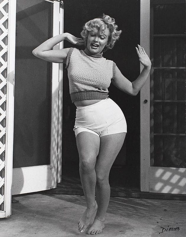 vintage everyday: Interesting B&W Portraits of Marilyn Monroe in Short at Home, 1953