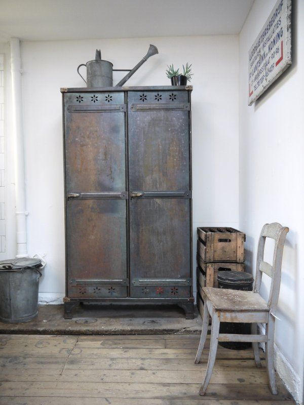 i am attracted to clean white lines and old beaten up antique furniture like this pic