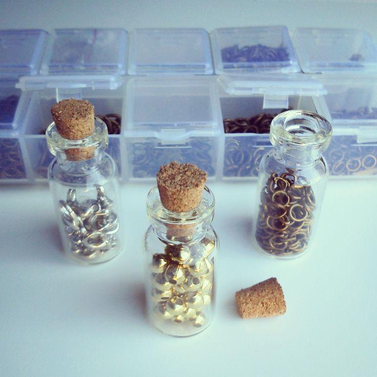 Fornituras en botecitos y cajas para tenerlos bien ordenados. Materiales en: www.cuentaabalorios.com #fornituras #abalorios