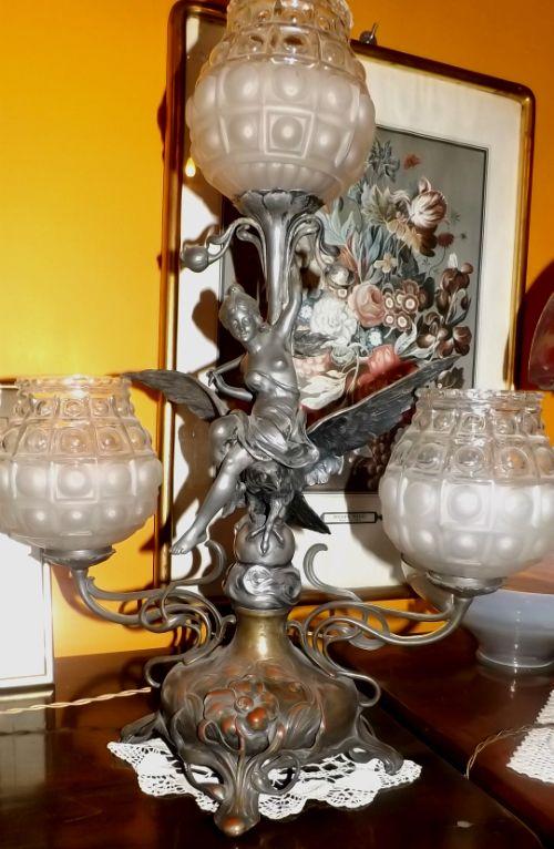 Lampada epoca Liberty - L.A.M. 2 di Perotti & C. in piazza Borgo Dora offre una vasta scelta di mobili e oggetti d'arte, con una spiccata specializzazione in lampade in pasta di vetro, vasi agli [...]