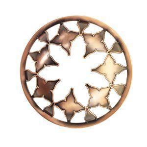 Moroccan Copper-Illumalid Designen är exlusiv för Yankee Candle. Mått: höjd 35 x b 80 x d 80 mm.  Illuma Lid är designad för att reducera effekterna av drag. Locket separerar den varma luften från den kalla vilket i sin tur stabiliserar lågan och gör att ditt ljus brinner stadigare. Vaxet smälter ända ut i kanten och maximerar brinntiden. Illuma Lid passar till Medium och Large Jars. Praktiskt och dekorativt! #YankeeCandle #Illumalid