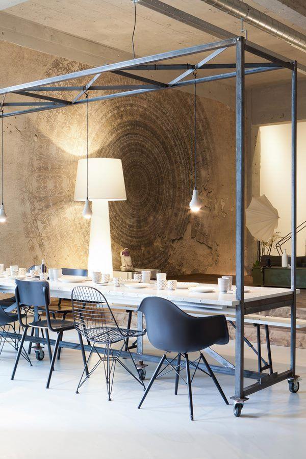 Deze fantastische eettafel van #Combitex biedt niet alleen plaats aan héél veel vrienden, maar heeft ook nog eens een frame en een dak (bron: vtwonen.nl). Stoelen van links naar rechts: Zuiver Back to School stoel, Vitra Eames DKR Wire Chair stoel en Vitra Eames DAW stoel.