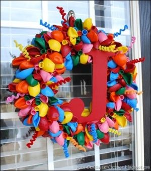 super cute balloon wreath from SewSweetCottage.  Love the red polka dot fabric she used to wrap the wreath underneath too! by electronica143