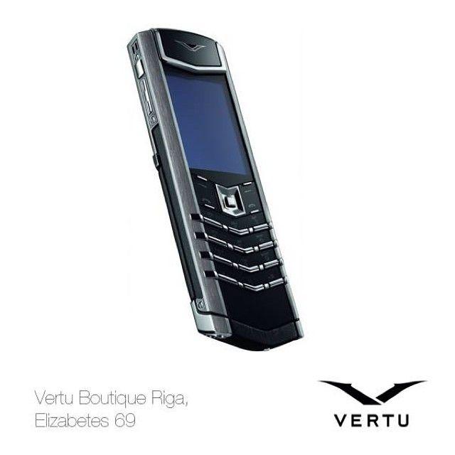 """Vertu evolūcija 2008 – Jaunais VERTU SIGNATURE (S) Ražojot šo modeli, Vertu uzņēmums svinēja savu desmito jubileju. Neskatoties uz """"atgriešanos pagātnē"""" (telefons bija bez kameras, interneta pieslēguma un citiem atribūtiem), un iespējams tieši tādēļ jaunais Vertu Signature (S) tika atzīts par klasisku un izpelnījās lielu popularitāti.   Vertu эволюция  2008 – Новый VERTU SIGNATURE (S) Выпуском этой модели  компания Vertu ознаменовала свой десятилетний юбилей."""