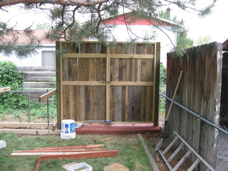 34 best images about garden on pinterest perennials for Wood pallet fence plans