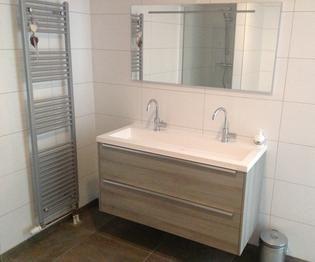 Badkamer Appartement Port Zeeland, met dubbele wastafel.
