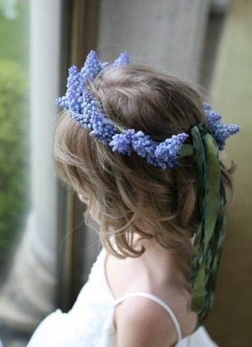 Muscari Wreath for the flower girl (works also with sunflowers, baby's breath etc.)