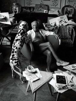 Pablo Picasso ganz privat: mit Hund Pedro in seinem Wohnzimmer, mit Tochter Paloma beim Baden oder beim Malen eines Aktes. Festgehalten auf #Polaroid vom irischen Star-Fotografen Edward Quinn (†1997).