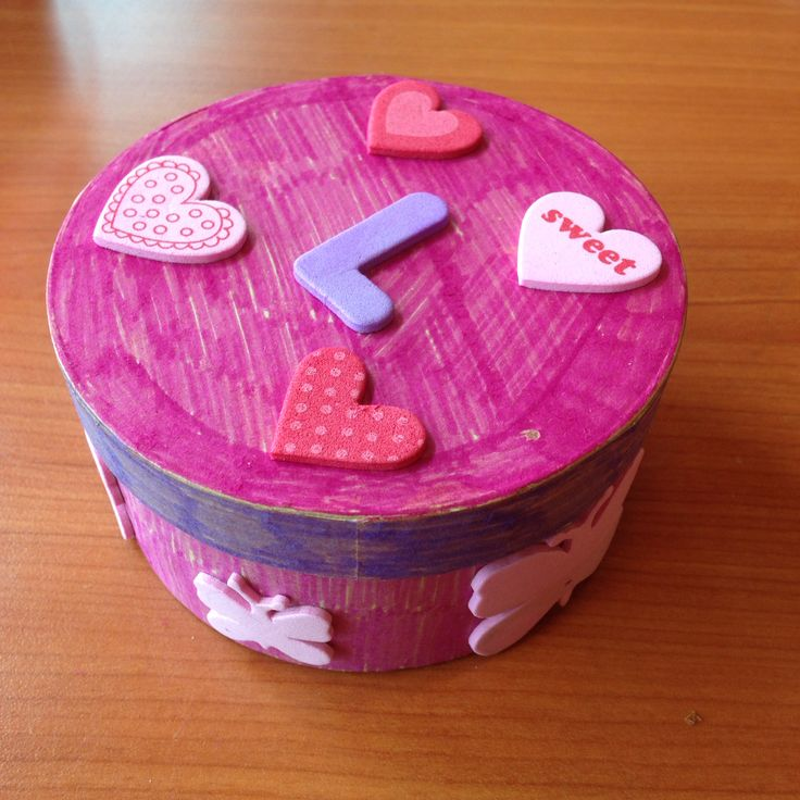 Simpel, but fun to do! Coloring and decorating a small box.