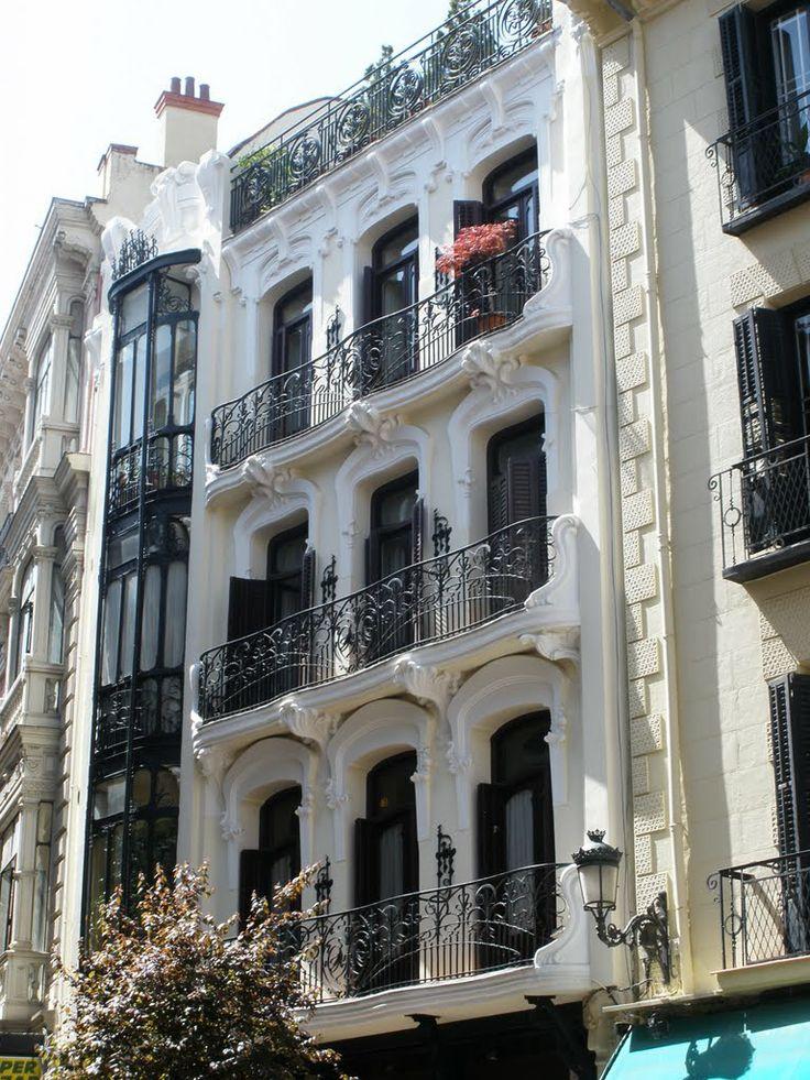 Casa de Pérez Villaamil ,es un edificio de estilo modernista ubicado en la Plaza de Matute de Madrid.1 Se trata de una casa de viviendas que diseña y realiza en el año 1916 el arquitecto Eduardo Reynals. La casa fue residencia del pintor romántico Jenaro Pérez Villaamil.2 Posee el edificio muchas influencias del arquitecto Victor Horta en la construcción del Hotel Solvay (1894-1900) en Bruselas. Madrid