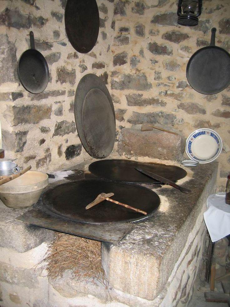 Le ''billig'', plaque de cuisson de fonte circulaire, servant à cuire la Galette, dont on ''tourne'' la pâte à l'aide du ''rozell'' (petit râteau en bois sans dents), puis que l'on retourne à l'aide du ''spanell'' (longue spatule plate, ou tournette)
