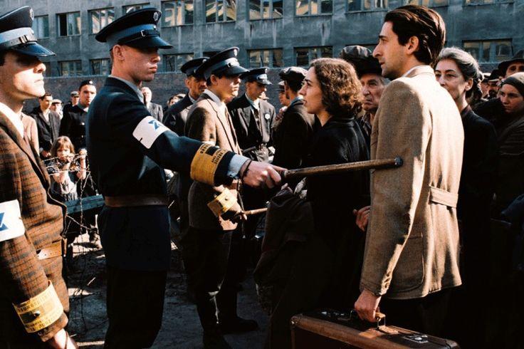 Pianista ( film ) Romana Polańskiego przedstawiający życie polskiego, żydowskiego pianisty w czasie wojny. W lipcu 1942 roku zaczyna się wywóz Żydów do obozów pracy. Szpilmana w ostatniej chwili ratuje żydowski policjant, który go rozpoznaje i pokazuję drogę ucieczki z Umschlagplatz.