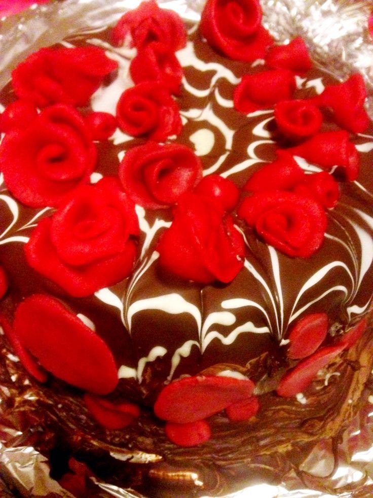Chocolade met een bodum van oreo cookies. Topping van dark chocolade 70% en witte chocolade. Rozen van marsepein  Wat een sensatie.