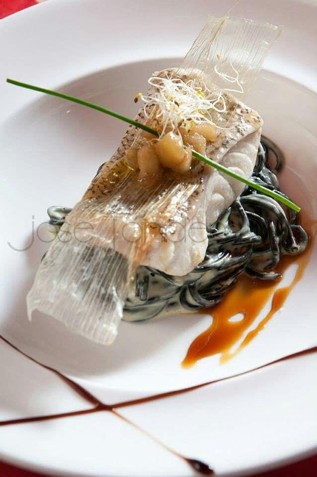 Lomo de cherne confitado sobre spaghetti Nero di sepia (Jose Tandem)