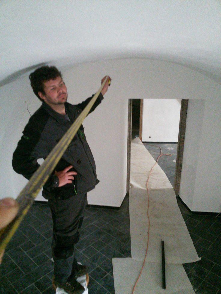 Milan Všeuměl nám pomáhá se světlem v místnosti s barem - bude měřit 250 cm. #thirwinebar #wine