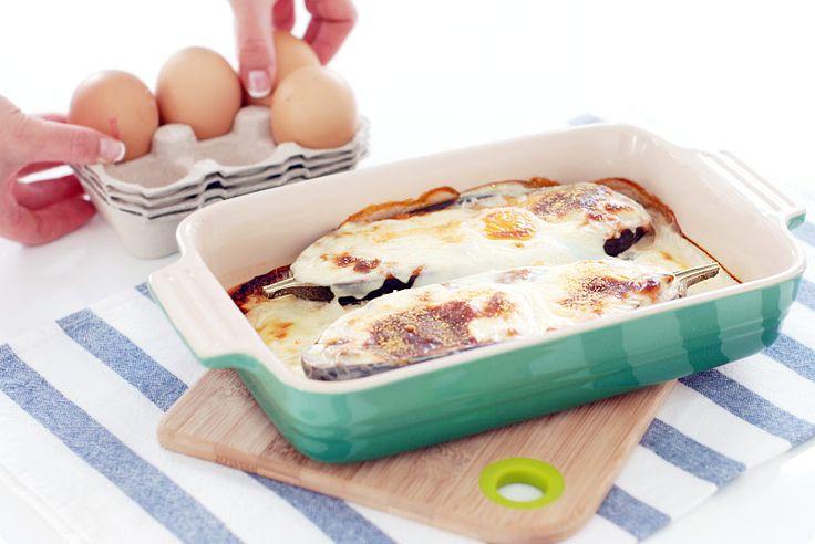 Receta de berenjenas con pisto de verduras y huevo con bechamel de cobertura de harina o de maicena, si quieres preparar un plato sin gluten.