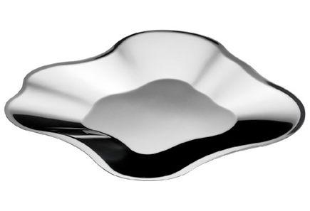 Aalto-kokoelmaa täydentävät uusista materiaaleista valmistetut, mutta aina alkuperäiselle muodolle uskolliset tulkinnat. Pentagon Design on yhdistänyt Aallon klassisen muodon tyylikkääseen teräkseen. Ruostumattomasta teräksestä valmistettu Aalto teräskulho sopii kaikenlaisiin kattauksiin sekä tarjoiluun.