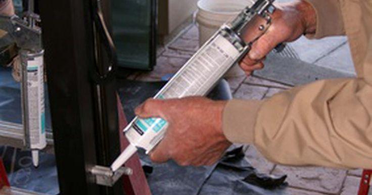 Tempo de cura de calafetagem de silicone. A calafetagem de silicone é uma opção bastante popular para selar banheiras e outras instalações de banheiros. A calafetagem evita que a água vaze para dentro das paredes ou para fora da banheira no chão. O silicone costuma ser misturado com um fungicida que mata fungos que possam tentar crescer ao longo das linhas de calafetagem, o que também é ...