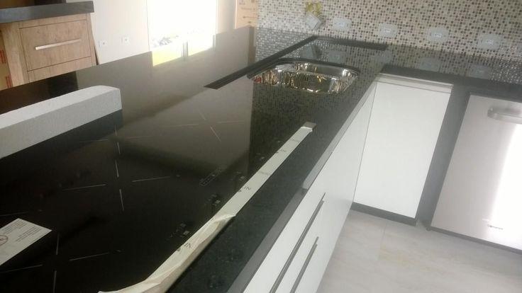 Cozinha Fogão Embutido e Pia de Mármore