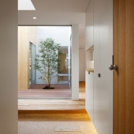 玄關 種別: 二世帯住宅 実施時期: 2012年 内容: 中庭や吹抜を介して、2世帯が程良い距離を保ちつつ、快適に暮らせる住宅です。 完全分離にせず、ほどよく空間を繋げることで、家族の気配や開放感が感じられます。 また、内部と外部を、子供やネコが行き来できる愉しい空間にもなっています。
