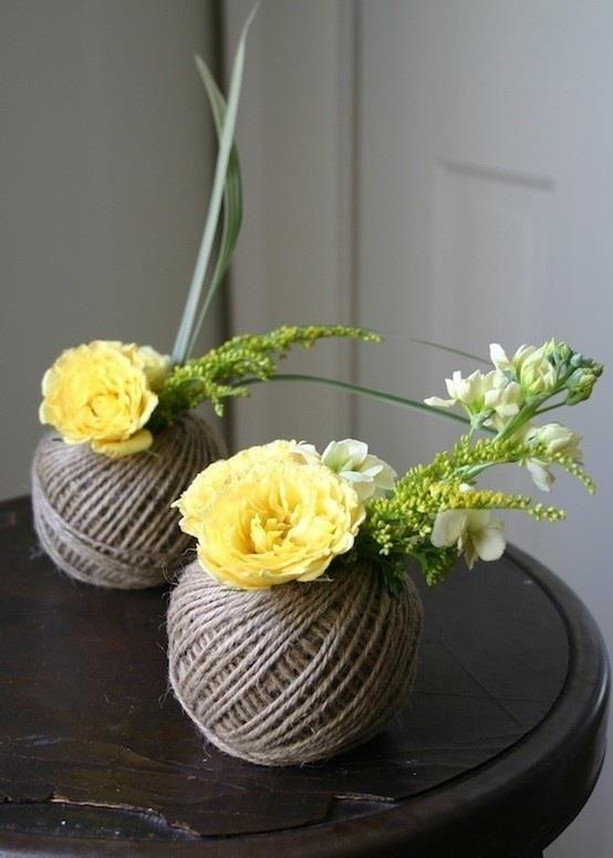 Witzige und gleichzeitig einfach Tischdekoration! Paketbandknäuel, Blumen und ein paar Gräser rein - auf dem gedeckten Tisch mit feiner Tischwäsche verteilen - fertig.