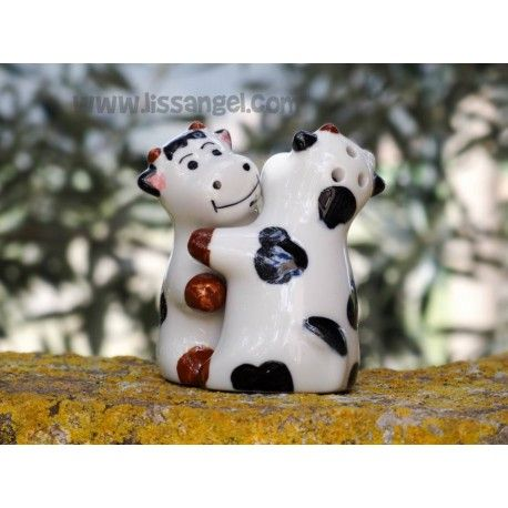 Si miramos a estas dos #vacas dándose un sonriente #abrazo, mientras nos ponemos un poco de #sal y #pimienta, nos alegra el día.  #Salero y #pimentero con forma de vacas felices, si los juntas se dan un divertido abrazo. Ideales para decorar tu #cocina. Vienen embaladas en una bonita caja, perfectos también para hacer un regalo original.  Fabricado en cerámica, pintada y barnizada. Disponen de tapón para relleno en la parte inferior.  Medidas: 5cm de ancho x 7cm de alto. #animales