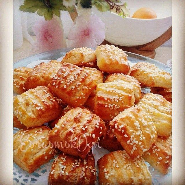 ★PERİŞAN ★ (Kalan peynirleri değerlendirmede en başarılı tariflerden birisi :) ) • 50 gr tereyağı • 1 çay bardağı sıvıyağ • 1 çay bardağı yoğurt • 1 yumurta akı (sarısı üzerine) • 1 tatlı kaşığı karbonat • peynir 300-400 gr • Aldığı kadar un, tuz Yumurta sarısı hariç diğer malzemelerle bir hamur hazırlanır.Şekil verilip yumurta sarısı sürülerek 180º de kızarana kadar pişirilir. #israfahayır #peynirli #kurabiye #benimmutfagım