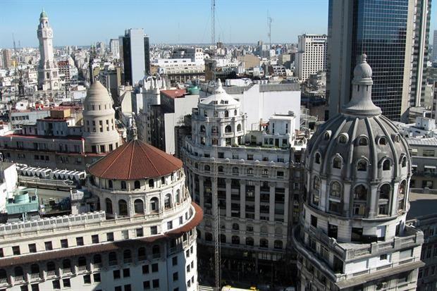 """Galería Güemes: un mirador único en la ciudad  Vista hacia Diagonal Norte y el encuentro de cuatro cúpulas: la izquierda superior es""""La Equitativa del Plata"""", debajo el """"Banco de Boston"""" y, a su derecha, el """"Edificio Bencich""""."""