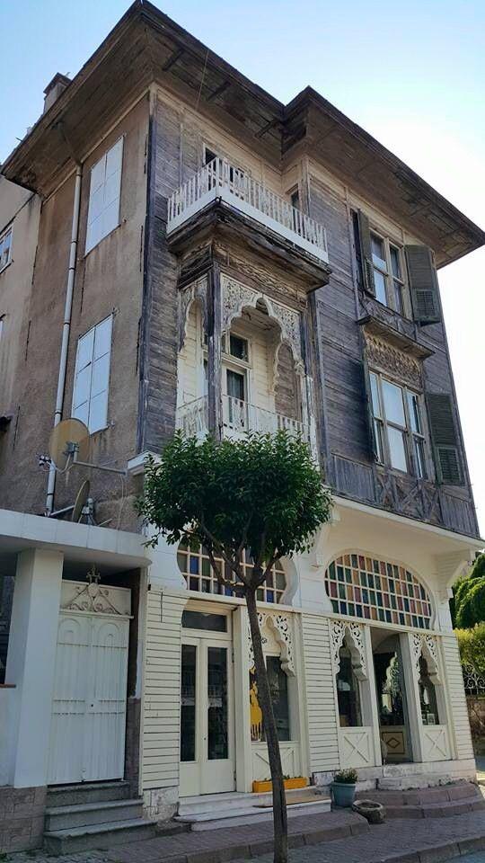 Lozan Zaferi Caddesi başlangıcında ev, Heybeliada, Istanbul.