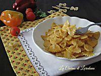 Mentre la pasta cuoce si prepara il condimento usando solo un mixer senza cuocere nulla: Pasta con crema di tonno, semplice e squisita