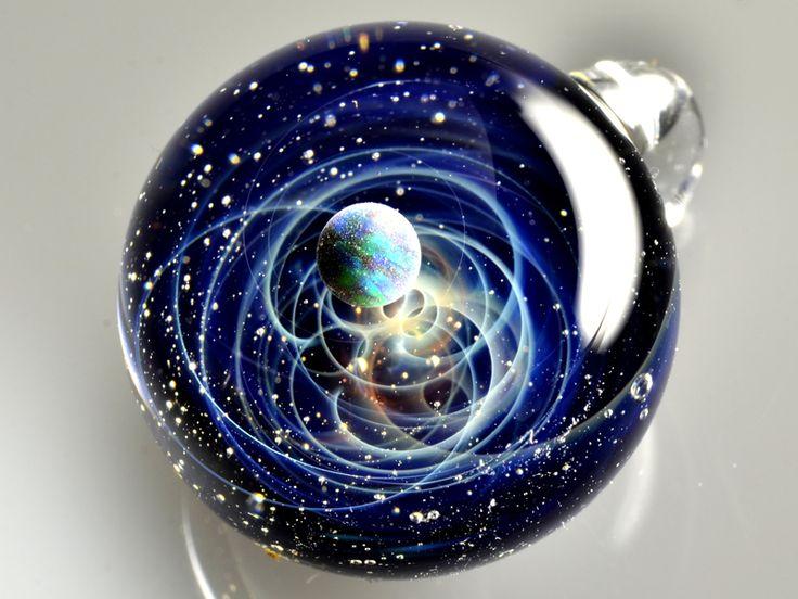 Une Artiste Japonaise Reproduit de Fascinantes Scènes Cosmiques dans des Pendentifs en Verre