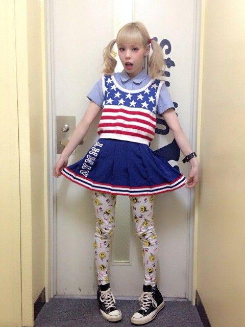 アメリカの国旗がドバーンと派手カワイイ、チアリーダーみたいなスポーティーなプリーツスカートやスニーカーなどのアイテムを取り入れたスポーツミックス系♪ 裏原系タイプのファッション スタイル参考コーデ♡