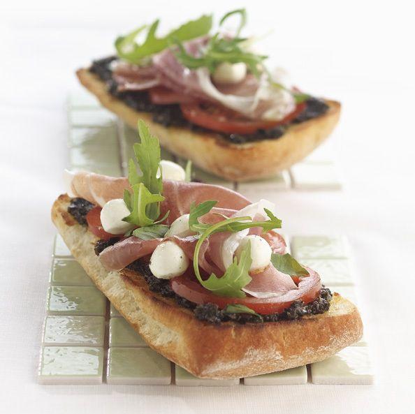 Mediterraanse sandwich #ciabatta #look #tomaat #olijven #parmaham #mozarella #basilicum #rucola #oregano