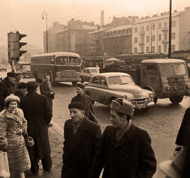 Klimat na Targowej w latach sześćdziesiątych. fot.1963, Zbyszko Siemaszko, źr. omni-bus.eu, zdjęcie jest własnością Narodowego Archiwum Cyfrowego