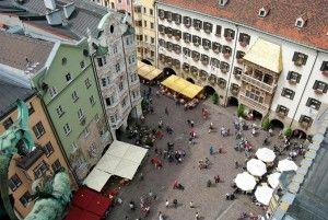 Natürlich haben wir Fotos vor dem Goldenen #Dachl gemacht. Das gehört dazu! #innsbruck #tirol #alpen #berge #tourismus #geschichten #gschichten #alpenstadt #alpenhauptstadt #goldenesdachl #kultur #tradition
