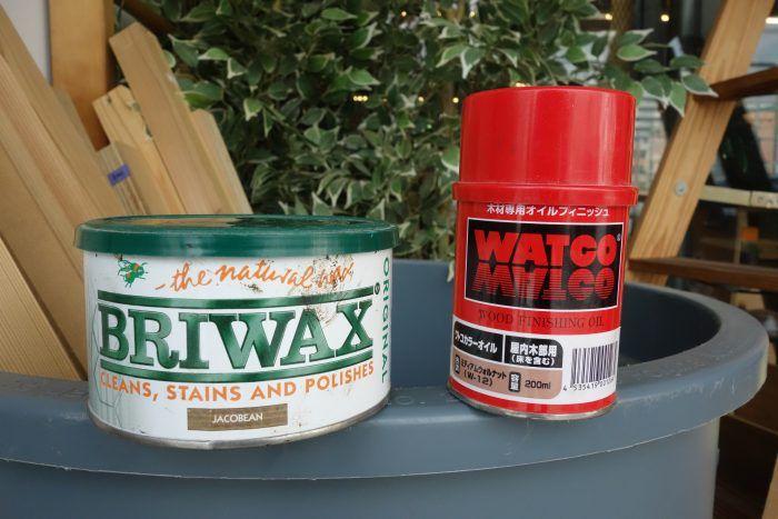 そもそもワトコとブライってなに? 木目を活かした着色ができる木材用の塗装仕上げ剤です。どちらも木に浸透して着色するステインと呼ばれる塗料で、油性と水性に分かれます。ワトコは油性のみ、ブライはどちらもありますがメジャーなのは油性でしょう。比較では油性を扱います。木材の保護機能は一応あるもののどちらもそのままでは弱く、耐久性が必要ならばニスなどでコーティングしなければなりません。   オイルとワックスは何が違うの? オイルとは英語で油のこと、ワックスとは英語で蝋のことで、ほとんどの製品はそれらを原料に使っています。どちらも内部に染み込んで木材を着色・保護する浸透系塗料です。保護力やメンテナンスの頻度などに大差はありませんが仕上がりに少し差があり、ワックス系よりオイル系の方が濡れたようなツヤ感のある仕上がりが多くなります。   ワトコ・ブライ徹底比較! それではここからは、ブライワックスとワトコオイルを様々な項目から比較していきます   1色数 ブライワックス :全15色 ワトコオイル  :全8色 色数はブライワックスの方が多いですね。さらに水性のブライワッ...