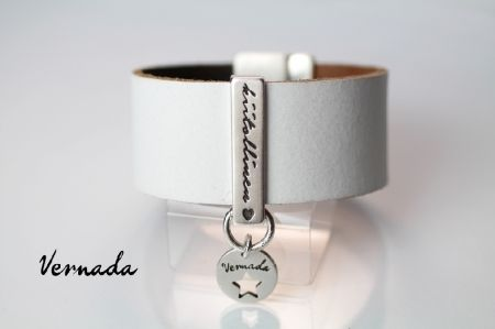 Vernada Design -nahkaranneke, valkoinen-ruskea, 30mm, kääntömalli, KIITOLLINEN #Vernada #jewelry #koru #nahkaranneke #nahkakoru #rannekoru #bracelet #leather #suomestakäsin #käsityökortteli #finnishdesign #finnishfashion