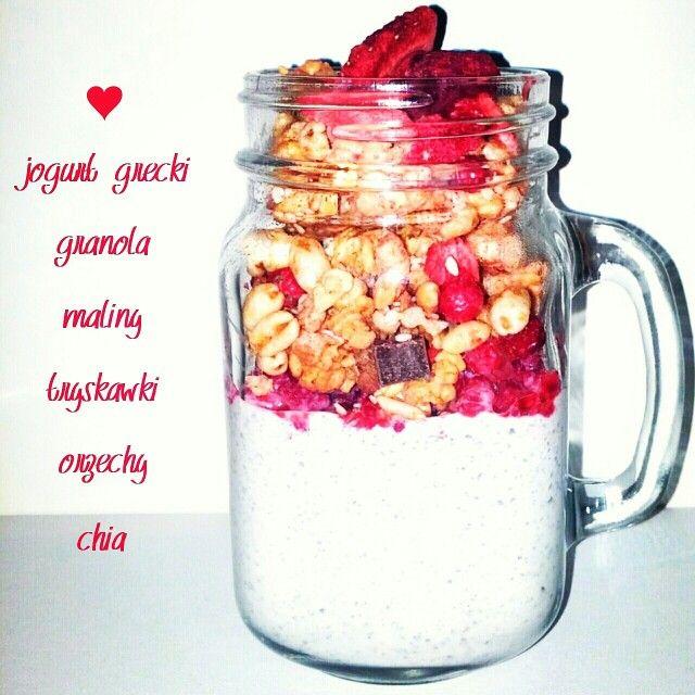 Jogurt gracki z granolą i dodatkami: - 250 ml jogurtu greckiego  - granola - malinki - truskawki  - czerwone porzeczki - orzechy laskowe - orzechy włoskie - nasiona chia. Nasiona chia zmiksowałam z jogurtem greckim, ale można zamiast miksować dodać je oddzielnie. Smacznego ❤