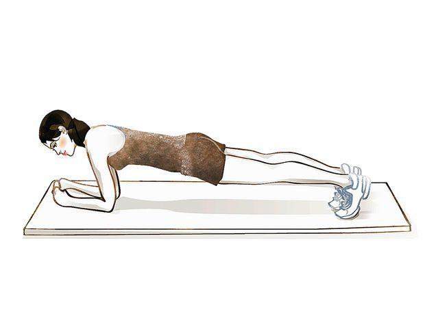 Die Brücke: Kräftigung des Rumpfs und der Schultern. Auf die Ellenbogen und die Zehenspitzen stützen und die Position halten, sodass der gesamte Körper eine Linie bildet (dynamische Steigerung: Im Wechsel ein Bein etwas heben, ohne die Position des restlichen Körpers zu verändern).