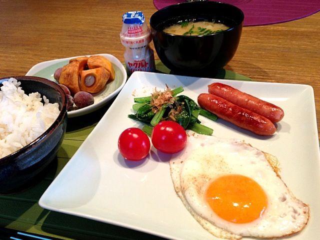 おはようございます(^ ^)   今朝も、寒い朝です。今日は、和食。味噌汁は、玉ねぎとじゃがいも。ネギをたっぷりいれて。風邪がはやっているようなので、しっかり食べてしっかり睡眠とりたいと思います\(^o^)/さー、木曜日(^ ^)  頑張っていきますー。どうやって?もちろん、もくもく(^^;;では、よい1日をー♪(*^^)o∀*∀o(^^*)♪ - 11件のもぐもぐ - 目玉焼き  ウィンナー  小松菜ソテー   トマト  柿  ぶどう  ヤクルト by 126kei