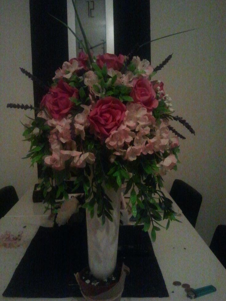 vaas met zijdebloemen