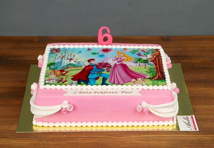 """Детский торт """"Спящая красавица. Принцесса Аврора""""  Каждая мама хочет для своей дочки сказочной счастливой судьбы — красивый замок где-нибудь на французской Ривьере🌅, золотая корона и, конечно, прекрасный принц… Все это обязательно будет, а начать можно уже сейчас! Родители могут устроить сказочное день рождение и побаловать именинницу. Надо всего лишь заказать торт с принцессой для вашей дочки. Любой девочке понравится такой тортик, на котором будет красоваться любимая героиня…"""