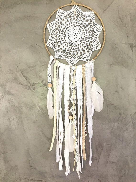 Dentelles anciennes recyclées, tissus vintages , corde de lin , perles et breloques , plumes composent ce grand attrape rêve , une pièce unique