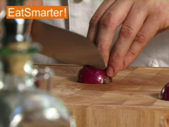 Wie Sie eine rote Zwiebel in kleine Würfel schneiden können, das zeigt Ihnen EAT SMARTER im Video!