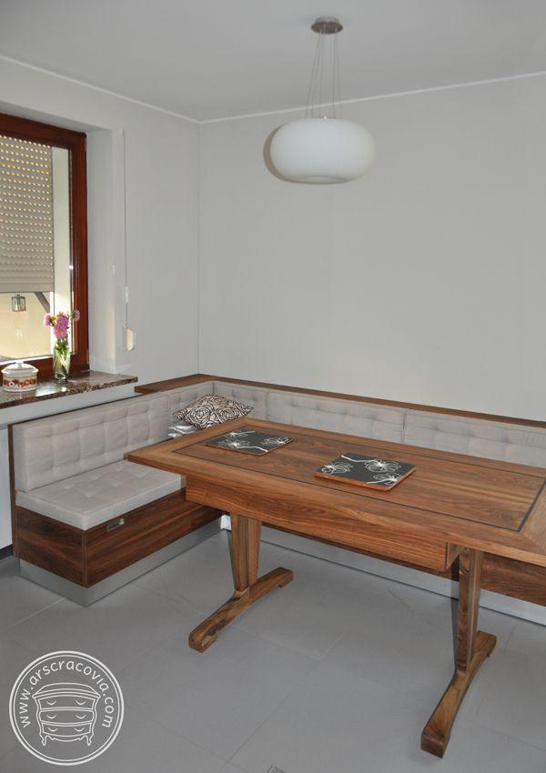 Stół kuchenny z litego orzecha z szufladami, blat z intarsją z czarnego dębu. narożne tapicerowane siedzisko z szufladami.