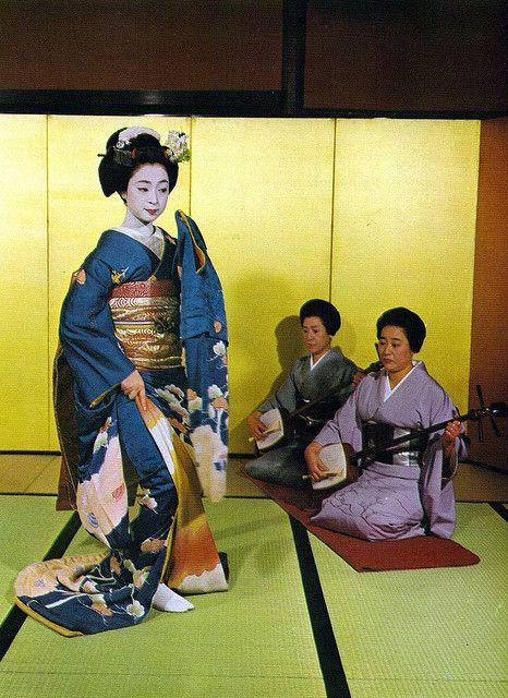 Mineko dancing