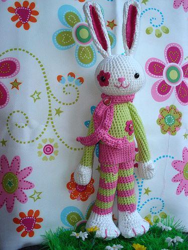 Amigurumi Bunny ~ Inspiration ~ love the flower around one eye